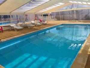 camping piscine couverte près de la tranche sur mer